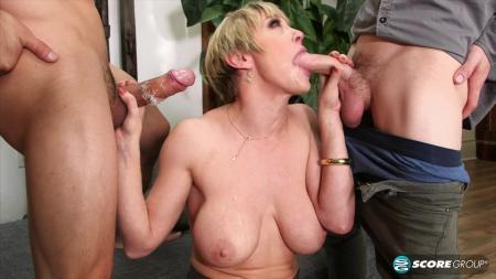 Порно онлайн отодрали вдвоем зрелую даму, видео как от порно массажа кончают